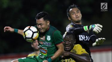 Pemain PSMS, Shohei Matsunaga (kiri) berebut bola dengan dua pemain Bhayangkara FC pada lanjutan Go-Jek Liga 1 Indonesia bersama Bukalapak di Stadion PTIK, Jakarta, Jumat (3/8). Babak pertama Bhayangkara unggul 2-0. (Liputan6.com/Helmi Fithriansyah)