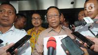 Menko Polhukam, Mahfud Md memberikan keterangan seusai menyerahkan Laporan Harta Kekayaan Penyelenggara Negara (LHKPN) di Gedung KPK, Jakarta, Senin (2/12/2019). Diberitakan sebelumnya, KPK mengimbau para menteri untuk melaporkan kekayaan mereka ke KPK. (merdeka.com/Dwi Narwoko)