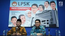 Ketua KPK Agus Rahardjo (kiri) memberi keterangan bersama Ketua LPSK Abdul Haris Semendawai, Jakarta, Selasa (17/4). Melalui nota kesepahaman, LPSK dan KPK memperbarui kerja sama perlindungan saksi tindak pidana korupsi. (Liputan6.com/Helmi Fithriansyah)