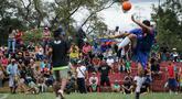 Para migran Venezuela bermain sepak bola di kamp sementara di Bogota, Kolombia (21/11). Pejabat kota menyelenggarakan turnamen sepak bola bagi migran yang tinggal di kamp yang dibangun badan kesejahteraan sosial kota tersebut. (AP Photo/Ivan Valencia)