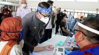 Gubernur Jabar Ridwan Kamil saat meninjau pelaksanaan vaksinasi COVID-19 bagi penyandang disabilitas di Balai Rehabilitasi Sosial Penyandang Disabilitas Sensorik Netra (BRSPDSN) Wyata Guna, Kota Bandung, Kamis (8/7/2021). (Foto: Deni/Biro Adpim Jabar)