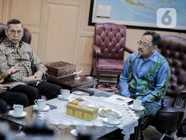 Corporate Secretary SCM, Gilang Iskandar (tengah) dan Pemimpin Redaksi SCTV, Mohamad Teguh (kiri) saat bertemu dengan Dubes Malaysia untuk Indonesia, Zainal Abidin di Kedubes Malaysia, Jakarta, Rabu (22/1/2020). Pertemuan tersebut membahas kerja sama di sektor media. (Liputan6.com/Faizal Fanani)