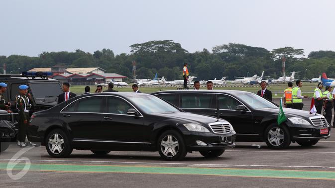 Mercedes-Benz S-600 RI 1 yang membawa Presiden Joko Widodo bersanding dengan Mercedes-Benz S600 Pullman Guard yang membawa Raja Salman bin Abdulaziz al-Saud di Bandara Halim Perdanakusuma, Rabu (3/1). (/Fery Pradolo)