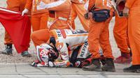 Para marshal merayakan kemenangan pembalap Marc Marquez pada balapan MotoGP di Sirkuit Sachsenring, Hohenstein-Ernstthal, Jerman, Minggu (20/6/2021). Marc Marquez mempertegas status sebagai raja Sachsenring usai memenangkan MotoGP Jerman 2021. (Jan Woitas/dpa via AP)