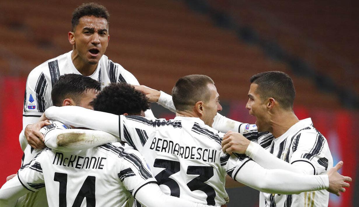 Para pemain Juventus merayakan gol yang dicetak oleh Weston McKennie ke gawang AC Milan pada laga Liga Italia di Stadion San Siro, Rabu (6/1/2021). Juventus menang dengan skor 3-1. (AP/Antonio Calanni)