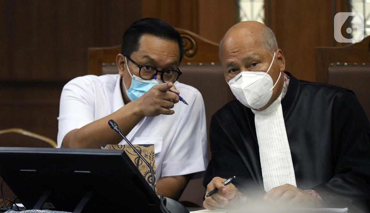 Terdakwa kasus dugaan suap penghapusan red notice atas nama Djoko S Tjandra, Brigjen (Pol) Prasetijo Utomo (kiri) saat menjalani sidang lanjutan di Pengadilan Tipikor Jakarta, Senin (16/11/2020). Sidang menyimak keterangan saksi-saksi. (Liputan6.com/Helmi Fithriansyah)