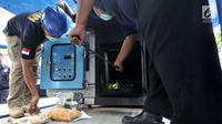 Petugas BNN saat melakukan pemusnahan narkotika di BNN, Jakarta, Selasa (12/3). BNN memusnahkan barang bukti ganja seberat 1,3 ton, sabu seberat 18,6 kilogram, dan ekstasi sebanyak 19.080 butir dari enam kasus yang berbeda. (merdeka.com/ Iqbal S. Nugroho)