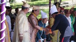 Sultan Tidore Husain Syah berjabat tangan dengan Rizal Ramli pada HUT ke 910 Kota Tidore di Kesultanan Tidore, Sulawesi Utara, Kamis (12/4). Kedatangannya ke Tidore untuk kembali bersilaturahmi. (Liputan6.com/Pool/Ardi)