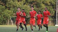 Pemain Persija melakukan latihan conditioning dalam sesi latihan perdana usai Idul Fitri 2017 di Lapangan Sutasoma, Halim Perdanakusuma, Rabu (28/6/2017) sore. (Bola.com/Tim Media Persija)