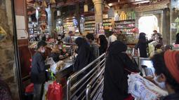 Warga berbelanja menjelang bulan suci Ramadan di pasar kota tua Sanaa, Yaman, Sabtu (18/4/2020). Umat muslim di Timur Tengah bersiap untuk bulan Ramadan yang suram akibat pandemi virus corona COVID-19. (Mohammed HUWAIS/AFP)