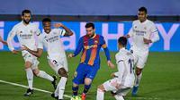 Striker Barcelona, Lionel Messi dikepung pemain Real Madrid pada lanjutan Liga Spanyol 2020/2021 dalam laga bertajuk El Clasico, Minggu (11/4/2021) dini hari WIB. (JAVIER SORIANO / AFP)