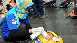 Petugas penyelamat memberi alat bantu napas pada korban saat simulasi penanggulangan kebakaran dan gempa bumi di Balai Kota Tangsel, Banten, Kamis (26/4). Acara diikuti oleh berbagai komponen pemerintah, swasta, dan masyarakat. (Merdeka.com/Arie Basuki)