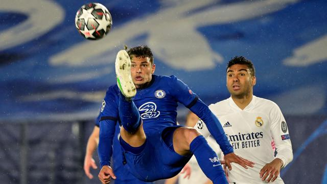 Bek Chelsea, Thiago Silva, melakukan tendangan salto saat melawan Real Madrid pada laga semifinal Liga Champions di Stadion Alfredo di Stefano, Rabu (28/4/2021). Kedua tim bermain imbang 1-1. (AFP/Javier Soriano)