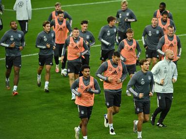 Pemain Jerman menjalani sesi latihan jelang bertanding pada laga lanjutan UEFA Nations League di RheinEnergie Stadion, Selasa (13/10/2020). Jerman akan menghadapi Swiss di UEFA Nations League. (AFP/ Ina Fassbender)