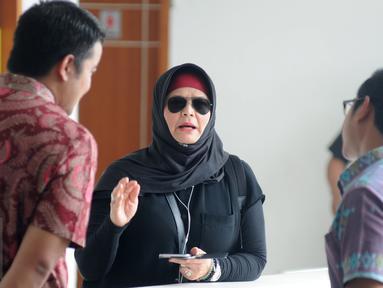 Istri Iwan fals Rosanna (tengah) melakukan diskusi saat menghadiri Sidang  kasus wanprestasi yang dilayangkan manajemen Iwan Fals kepada terhadap PT Airo Swadaya Stupa di Pengadilan Negeri (PN) Jakarta, Kamis (7/1). (Liputan6.com/Herman Zakharia)