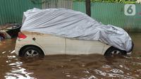Sebuah mobil terendam banjir di kawasan Kemang, Jakarta, Kamis (2/1/2020). Banjir yang melanda Jakarta dan sekitarnya mengakibatkan banyak kendaraan terendam air. (Liputan6.com/Herman Zakharia)