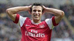 Robin van Persie menjadi pengganti kapten Arsenal setelah ditinggal Fabregas. Ia merupakan salah satu penyerang terbaik saat itu dan berhasil menyabet gelar sepatu emas dan pemain terbaik Liga Inggris 2011/2012. Namun, dirinya memilih hengkang ke MU semusim berselang. (AFP/Graham Stuart)