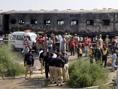 Tentara Pakistan memeriksa kereta yang hangus akibat terbakar di Liaquatpur, Pakistan (31/10/2019). Kebakaran besar melanda tiga gerbong kereta yang bepergian di provinsi Punjab timur negara itu. (AP Photo/Siddique Baluch)