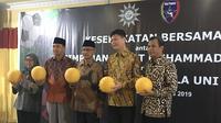 Ketua Umum PP Muhammadiyah, Dr. H. Haedar Nashir, M.Si (tengah), diapit Presiden Football for Peace Interfaith Indonesia, KH. Zahrul Azhar Asumta, S.IP. M.Kes (kedua dari kiri), dan Founder Uni Papua, Harry Widjaja (kedua dari kanan). (Bola.com/Benediktus Gerendo Pradigdo)