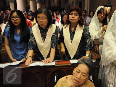 Ribuan jemaat merayakan malam Misa Natal di Gereja Katedral, Jakarta, Sabtu (24/12). Misa natal ini mengangkat tema Hari Ini Telah Lahir Bagimu, Juru Selamat, Yaitu Yesus Kristus Tuhan Dikota Daud. (Liputan6.com/Helmi Afandi)