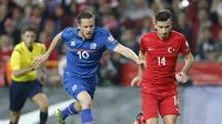 Gelandang Timnas Islandia, Gylfi Sigurdsson (kiri), saat bersua Turki (13/10/2015). Islandia memiliki strategi khusus agar bisa lolos dari Grup F Euro 2016. (EPA/Geoff Caddick)