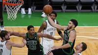Forward Boston Celtics, Jayson Tatum (lompat) mencetak 50 poin ketika mengalahkan Brooklyn Nets pada play-off NBA di TD Garden, Sabtu (29/5/2021) pagi WIB. (AP/Elise Amendola).