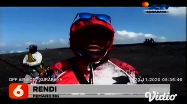 Inilah video rekaman warga ketika Sampurno, warga Desa Klanting, Lumajang, Jawa Timur, yang tengah memancing ikan di laut pantai selatan, lalu terseret gelombang tinggi pada Kamis pagi (19/11).