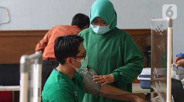 Penyuntikan Vaksin COVID-19 Dosis Kedua untuk Tenaga Medis di RS JatiSampurna