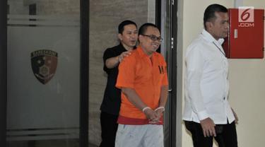 Tersangka Mustofa Nahrawardaya dengan pengawalan petugas keluar tahanan untuk pemeriksaan kesehatan di Bareskrim Polri, Jakarta, Rabu (29/5/2019). Mustofa ditangkap pada Minggu (26/5) dini hari atas dugaan menyebarkan berita bohong alias hoaks melalui media sosial. (merdeka.com/Iqbal S. Nugroho)