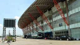 Suasana di Terminal Pulo Gebang, Jakarta Timur, Kamis (20/4). Pembenahan fasilitas Terminal Pulogebang tersebut untuk memberikan pelayanan maksimal saat arus mudik Lebaran tahun 2017. (Liputan6.com/Gempur M Surya)