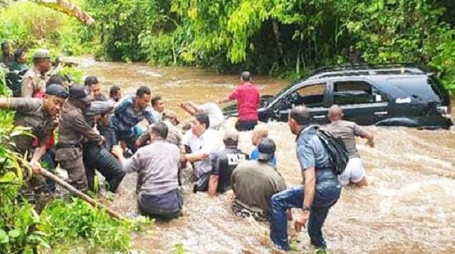 Cuaca yang tidak bersahabat membuat mobil yang ditumpangi Bupati Kepulauan Yapen Toni Tesar dan istrinya, terseret arus Sungai Dawai di Distrik Yapen Timur. (Kabarpapua/ Istimewa)