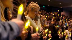 Tangis keluarga dan kerabat saat berdoa untuk korban penembakan massal di bar California di Thousand Oaks, Amerika Serikat, Kamis (8/11). Menurut saksi mata, pelaku tiba-tiba masuk ke dalam bar dan menembak secara membabi buta. (AP Photo/ Ringo H.W. Chiu)
