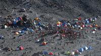 Ribuan pendaki melakukan upacara peringatan HUT RI ke-69 di Base Pasar Bubrah, Gunung Merapi, Jawa Tengah, (17/8/2014). (Liputan6.com/Helmi Fithriansyah)