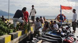 Warga menaikkan buah-buahan ke atas  kapal  di pelabuhan Pulau Sebesi, Lampung, Senin(31/12). Dari Dermaga Canti ke Sebesi, hanya ada satu kapal yang menyeberang pada pukul 13.00 WIB dengan  tarif Rp 20.000 per orang. (Liputan6.com/Herman Zakharia)