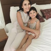 Sama-sama cantik, intip potret seleb dengan putrinya yang kece ini. (Sumber foto: ayutingting92/instagram)