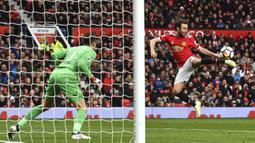 Aksi pemain Manchester United, Juan Mata melakukan kontrol bola saat melawan Swansea City pada laga Premier League di Old Trafford, (31/3/2018).  Manchester United menang 2-0. (Anthony Devlin/PA via AP)