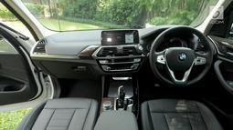 Tampak dalam BMW X3 terbaru saat peluncurannya di Jakarta, Rabu (11/4). BMW X3 terbaru ini juga dilengkapi dengan Twin Power Turbo yang mampu mengeluarkan tenaga 184 hp. (Merdeka.com/Dwi Narwoko)