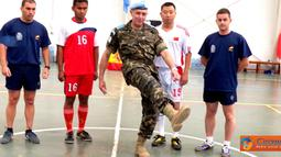 Citizen6, Lebanon: Tim Futsal Indobatt berhasil mengalahkan Tim Futsal Batalyon Kontingen India dengan skor telak 7-1. di lapangan Futsal Sektor Timur UNIFIL UN Posn 7-2, Marjayoun, Lebanon Selatan, Selasa (12/6). (Pengirim: Badarudin Bakri)