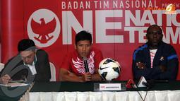 Pemain Timnas Indonesia, Ahmad Bustomi (tengah) menegaskan pertandingan melawan Kyrgyzstan akan menjadi tolok ukur untuk menghadapi timnas China pada 15 November 2013 mendatang (Liputan6.com/Helmi Fithriansyah)