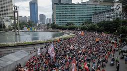 Ratusan sepeda motor suporter Persija Jakarta, Jakmania, melakukan pawai kemenangan Juara Piala Presiden di kawasan Bundaran HI, Minggu (18/2). Konvoi arak-arakan dimulai dari Stadion Utama Gelora Bung Karno menuju Balai Kota. (Liputan6.com/Faizal Fanani)