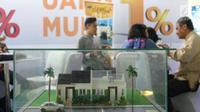 Pengunjung melihat maket rumah pada peluncuran Plaza KPR dan KPR Hotline di Jakarta, Selasa (12/12). Plaza KPR merupakan gerai khusus yang diperuntukkan bagi masyarakat yang membutuhkan informasi mengenai KPR PT BTN (Persero). (Liputan6.com/Angga Yuniar)