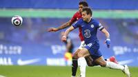 Penyerang Manchester United, Marcus Rashford, berebut bola dengan bek Chelsea, Cesar Azpilicueta, pada laga Liga Inggris di Stadion Stamford Bridge, Minggu (28/2/2021). Kedua tim bermain imbang 0-0. (Clive Rose/Pool via AP)