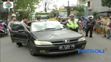 Sepasang muda-mudi pingsan dalam mobil yang tengah berjalan. Keduanya diduga keracunan makanan atau minuman.