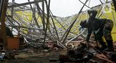 Petugas Babinsa TNI AD membersihkan reruntuhan atap yang ambruk akibat gempa di salah satu ruang kelas di MAN 2 Malang, Turen, Kabupaten Malang, Minggu (11/4/2021). Gempa bermagnitudo 6,1 yang terjadi pada Sabtu (10/9) siang menyebabkan kerusakan berat di MAN 2 Malang. (merdeka.com/Nanda F. Ibrahim)