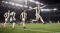 Penyerang Juventus Cristiano Ronaldo (kanan) diikuti rekan-rekan setimnya merayakan gol ke gawang Atletico Madrid pada leg kedua babak 16 besar Liga Champions di Allianz Stadium, Turin, Selasa (12/3). Juventus menang 3-0. (Marco BERTORELLO/AFP)
