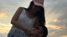Verrel tampak sedang memanggul Natasha di tepi pantai. Natsha yang mengenakan busana tanpa lengan menarik perhatian netizen. (Instagram/bramastavrl)