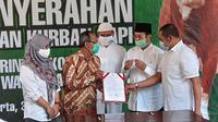 Wakil Wali Kota Solo Achmad Purnomo saat menyerahkan sapi kurban kepada Pemerintah Kota Solo dalam perayaan Hari Raya Idul Adha 1441 di Balai Kota Solo, Kamis (31/7).(Liputan6.com/Fajar Abrori)