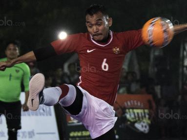 Pemain futsal Indonesia, Karismawan, meramaikan grand final Super Soccer Futsal Battle 2017 di Bintaro Jaya ExChange, Tangerang, Sabtu (21/10/2017). Timnas futsal Piala AFF 2010 tampil melawan All Star. (Bola.com/Vitalis Yogi Trisna)