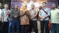 Kapolda Jatim menggelar cangkrukan bersama Forum Koordinasi Pimpinan Daerah (Forkopimda) dan Ikatan Keluarga Besar Papua Surabaya (IKBPS) pada Senin, 19 Agustus 2019 (Foto: Liputan6.com/Dian Kurniawan)