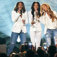 Beyonce, Kelly Rowland, dan Michelle Williams untuk pertama kalinya tampil bersama lagi di panggung Stellar Gospel Music Awards 2015. (foto: rollingstone)